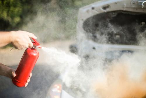 Een brandblusser in de auto