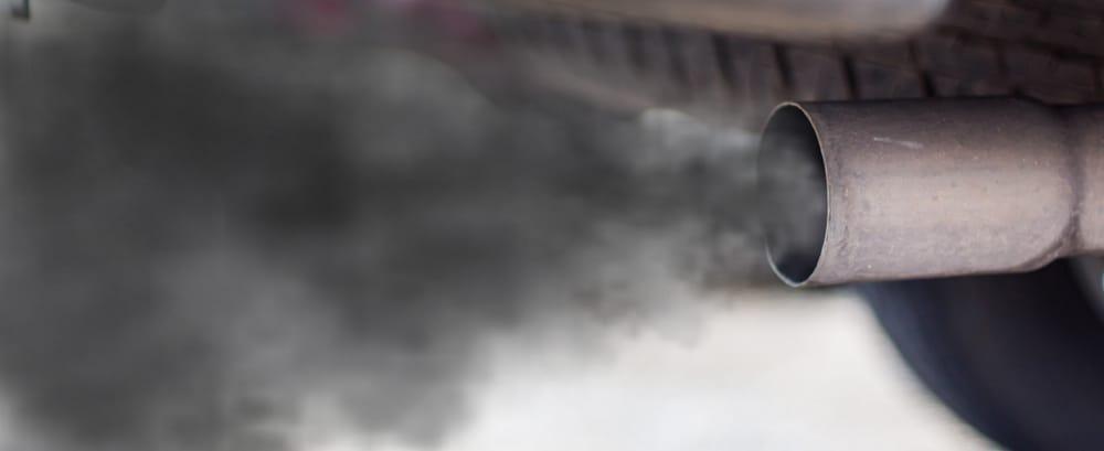 uitlaatgassen van auto