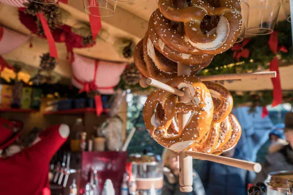 Pretzels in Duitse kerstmarkt